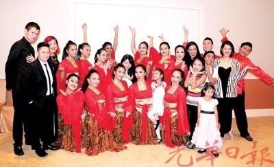 歌舞剧表演者及合唱老师在表演前一同合照留影。