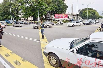 这条从惹兰丁雅路,能取道至峇六拜工业区,所以今早湖内和新港的交通也恢复正常,不堵车了。