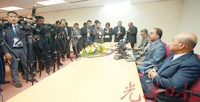 霹州务大臣赞比里(左2)提上霹州发展蓝图动议后做新闻发布会。