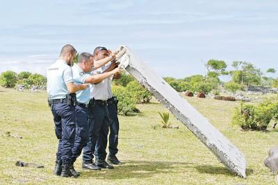 法国派出所早前检验在留尼汪岛发现的MH370客机襟副翼。