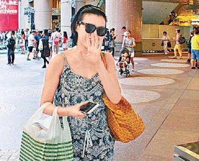 陈茵媺见有记者即尴尬遮脸。