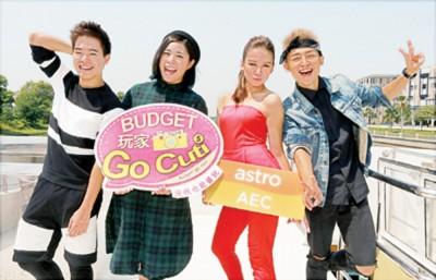 彭世豪(左起)、文小菲、郭秀文及龚建华在船尾摆Pose宣传新节目。