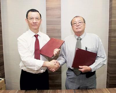 亚杜兰生命辅导中心主席王其俊(左)和贷款协会主席陈彼得签署谅解备忘录。