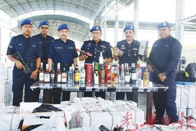 迪敏(左4)表示,水警起获430箱包括威士忌、伏加特、奶酒、红酒等各类品牌酒类,市价约40万令吉。左3为执法主任罗斯里。