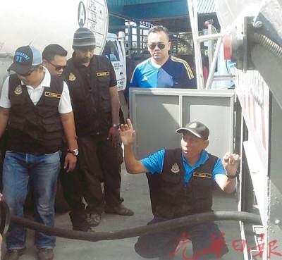 莫哈末卡里斯(蹲者)周六在务边工业区宣布该局侦破州内首宗非法买卖液化石油气活动。