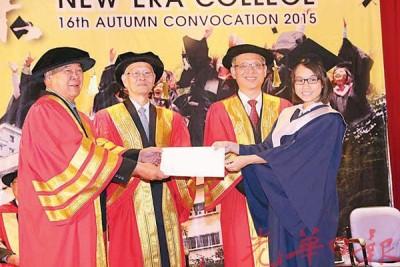 叶新田(左)颁发毕业证书给媒体研究系优秀生钟嘉仪,右2为莫顺忠、左2为新纪元学院副院长兼学术部主任文平强博士。