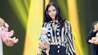 张柏芝在节目中谈小儿子爱黏她讲情话,煽情催泪。