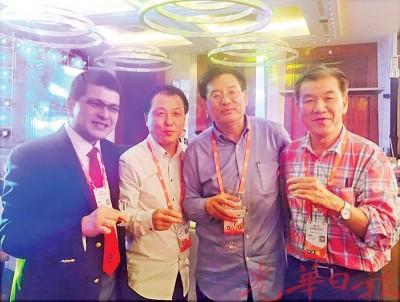 王平松与中新社社长章新新(右二)、中新社驻马来西亚社长赵胜玉(左二)及胡逸山博士相见欢。