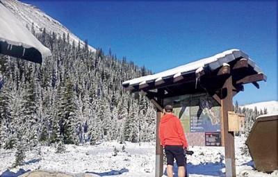 群众在三伏天下雪的机遇,顶山顶游览。