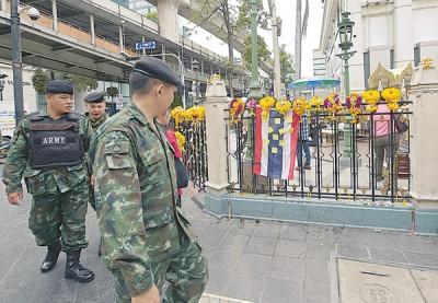 泰国军人在四面佛旅游景点加强巡逻。(法新社照片)