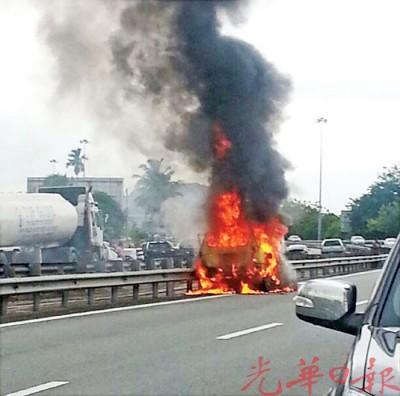 国产休闲车在高速公路烧起后,熊熊烈火及浓烟冲上云霄,经过车辆纷纷避开现场。