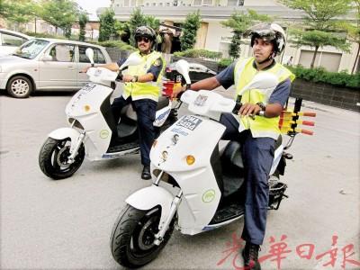 市政厅执法员驾驶电动摩托车展开锁车轮执法行动。