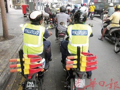 电动摩托车后方有突出设计方便置放锁车轮器,可直接拿取。