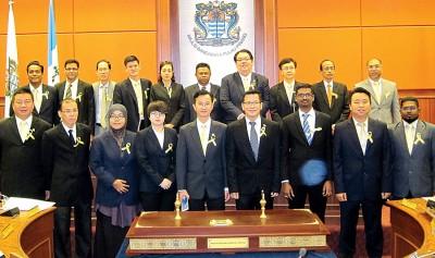 周四出席会议的槟岛市议员特地系上黄丝带,以行动支持净选盟黄丝带运动,前右2为黄顺祥。