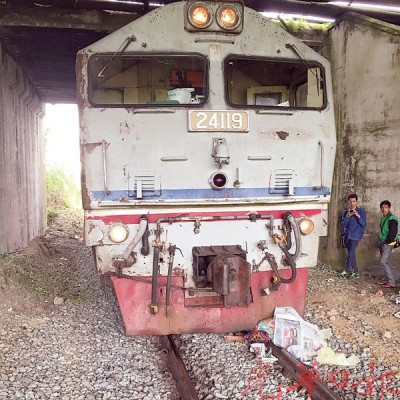 马来妇女遭火车碾死在轨道上。