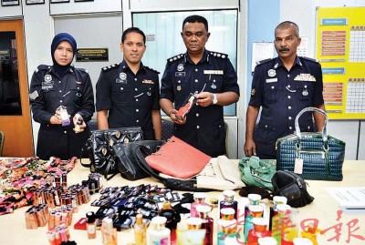 阿兹(右1)与立功警官在记者会上出示起获的化妆品。