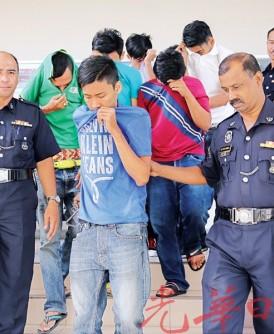 6名男被告各别被控轮奸、抢劫与非法禁锢女子罪名,闻讯后被押出法庭时纷纷避开媒体镜头。