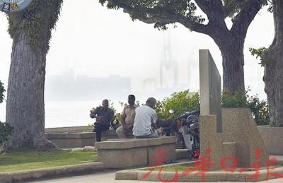 乔治市连日来被烟霾吞没,能见度仅3公里,但市民似乎没有做好健康措施,出门极少戴口罩。