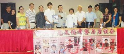 方锡希(左7)赠送锦旗予木村光希,由罗月清(左3),方万春(左5),王琛发(右6)及各学者陪同。