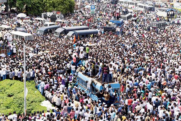 位于古吉拉特邦的数万民众上街示威,要求邦政府为帕特尔人提供政府部门与大学的名额。(法新社照片)