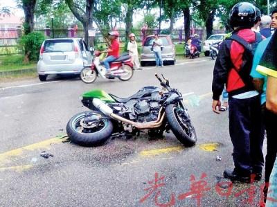 重型机车与迈薇轿车碰撞,导致骑士身亡。