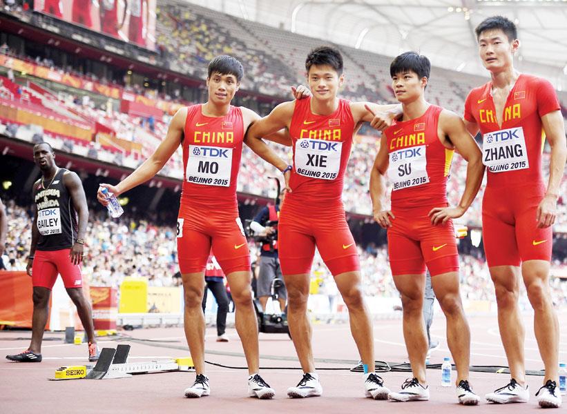 左起:中国队选手莫有雪、谢震业、苏炳添、和张培萌赛后合影。(法新社图片)