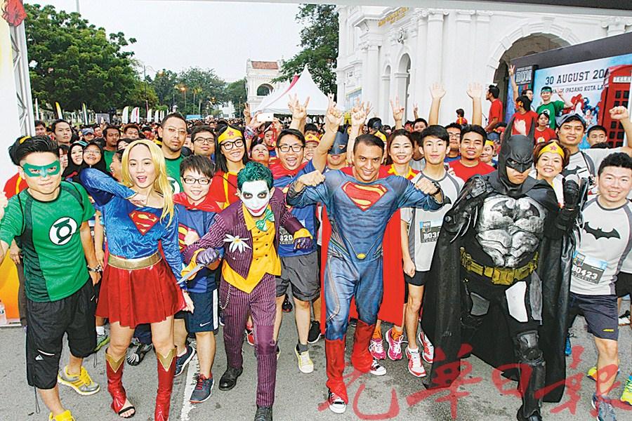 化身为美国经典漫画人物造型的参赛者准备开跑,但愿能为槟城跑出一条正义之路。