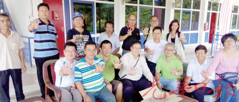虽然无法出席吉隆坡净选盟4.0 大集会劳勿支持者,也不忘警察总部外,与钟绍安(前坐排中)展示4个手指,以示支持。