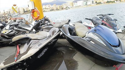 """公安部截获用来偷运""""人口蛇""""的水上摩托车。"""