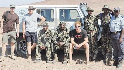 哈利(右四)为友人表示,老重在非洲工作之这段时光。