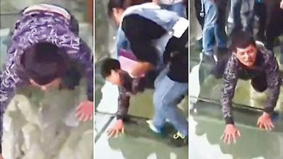 少年半趴半跪在玻璃栈道上边哭边爬行,期间拒绝旁人协助。