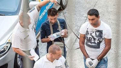两名涉嫌与难民被困在货车内死亡一案有关的男子日前在匈牙利凯奇凯梅特市法院受审。(新华社照片)