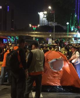 集会者在独立广场前搭起帐篷。