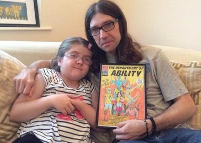怀特(右)将不良于行的女儿埃米莉,画在卡通漫画中。