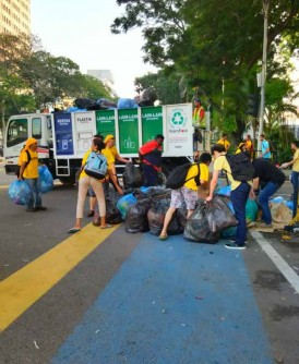 """志工分工合作,收拾垃圾,确保街道""""干净""""。"""