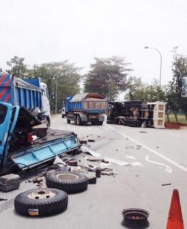 致命车祸发生后,轮子和零件散落路面,涉祸车辆停在路中央。