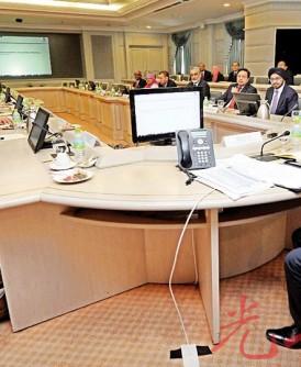 阿都华希(右)周二首次主持特别经济委员会会议,探讨经济和财政课题。