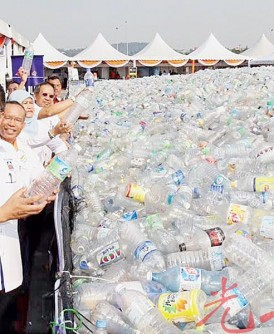 阿都拉曼(前者)向媒体展示主办单位收集的塑料瓶。后左是哈丽玛。