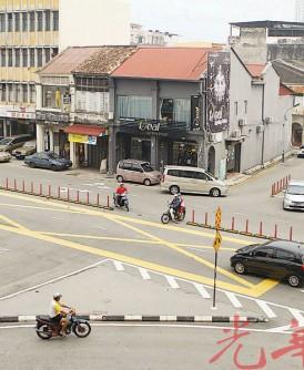 时代广场斜前方十字路口改道计划,仍有摩托车骑士冒险违例硬闯路口。