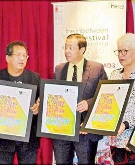 林冠英在众人陪同下展示三合一文艺庆典活动宣传海报,在场者包括黄茁原(左一)、保罗奥古斯汀(左二)、王筱雯(右一);右二唐人厝代表。