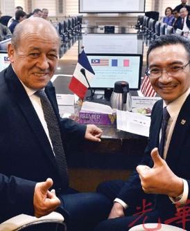 勒德里(左起)与希山慕丁在会议召开前,竖起拇指赞好。