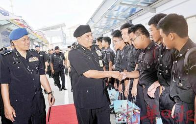 卡立(左2)与出席水警68周年纪念日的学警团学生握手示意。