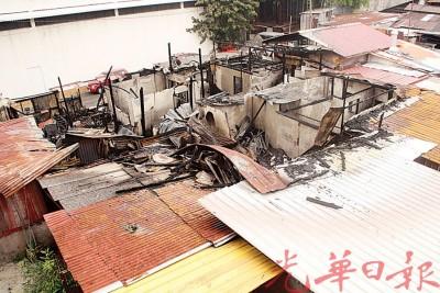 大火把民房烧成平地,所幸无人伤亡。