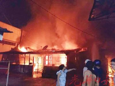 疑因电线短路导致火灾,熊熊烈火瞬间烧毁3间民房。