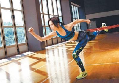 Sammi日前拍摄运动服广告,大秀活力。