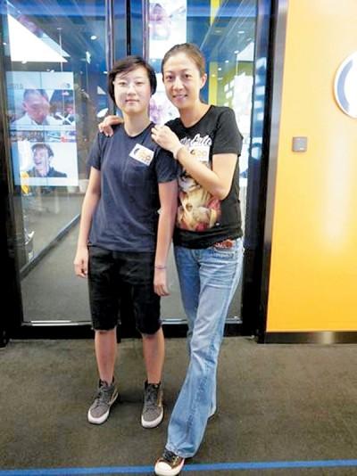 吴绮莉(右)近期常关心女儿,母女感情很好。