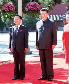 习近平与彭丽媛在北京故宫端门南广场迎接朝鲜劳动党中央政治局委员、党中央书记崔龙海。