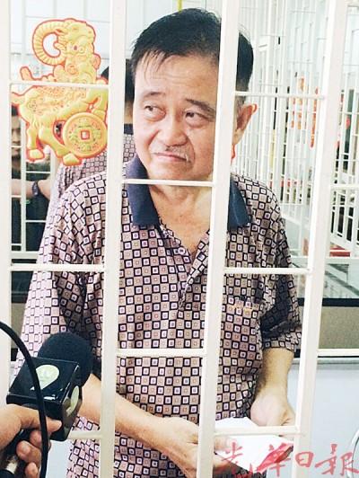 乍高隆金铺老板陈先生平脸无奈。