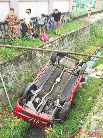 轿车坠入6尺深大沟渠后四轮朝天。