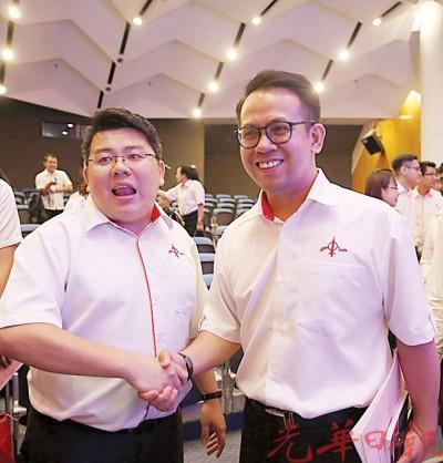 沈志强(右)恭贺胡佑强当选槟社青团新任团长。